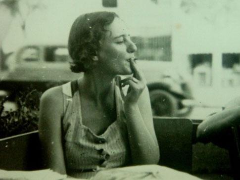 לאה גולדברג לאחר עלייתה ארצה ב-1935. בתמונה היא קרובה לגיל שבו התחילה לכתוב את המעשה על ניסים ונפלאות
